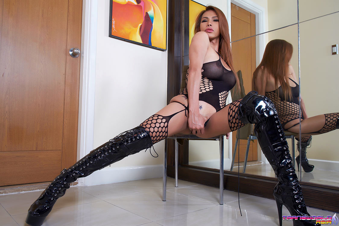 abhie in black boots with juicy raw dick
