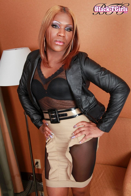 Black Ladyboy Anaconda Rice Loosing Her Outift