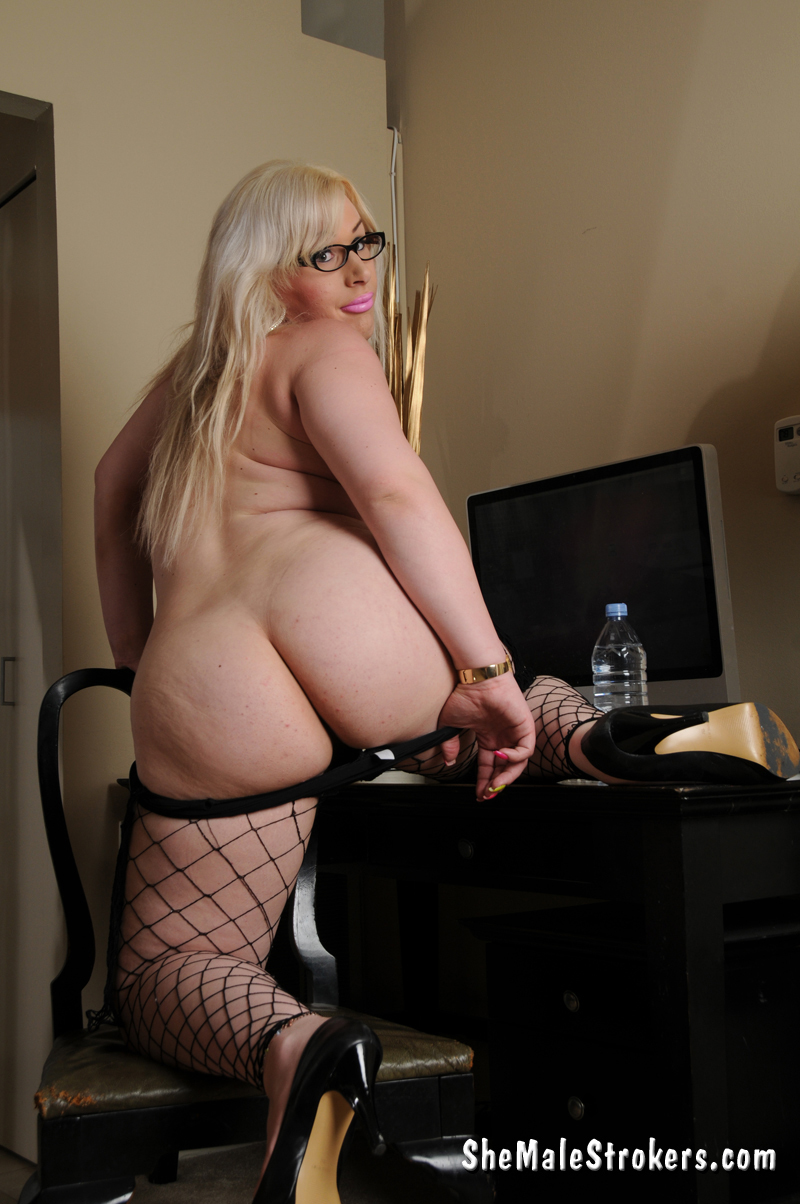 britney moore wanna show you how she desires to play