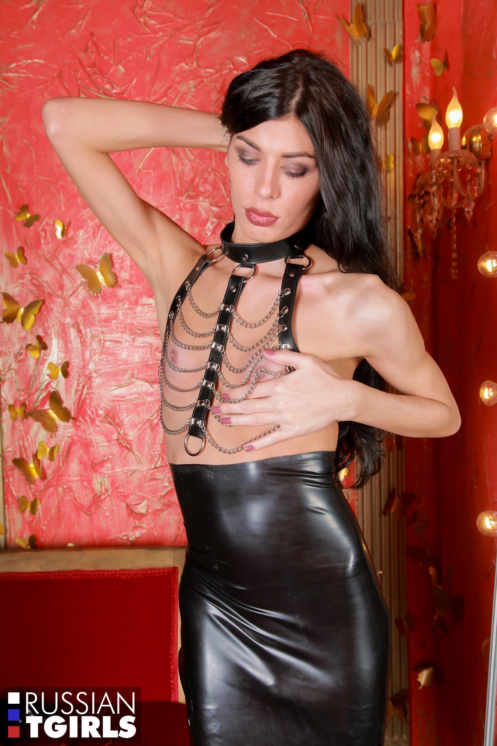 ekaterina alaska seductive domino shemale in black leather