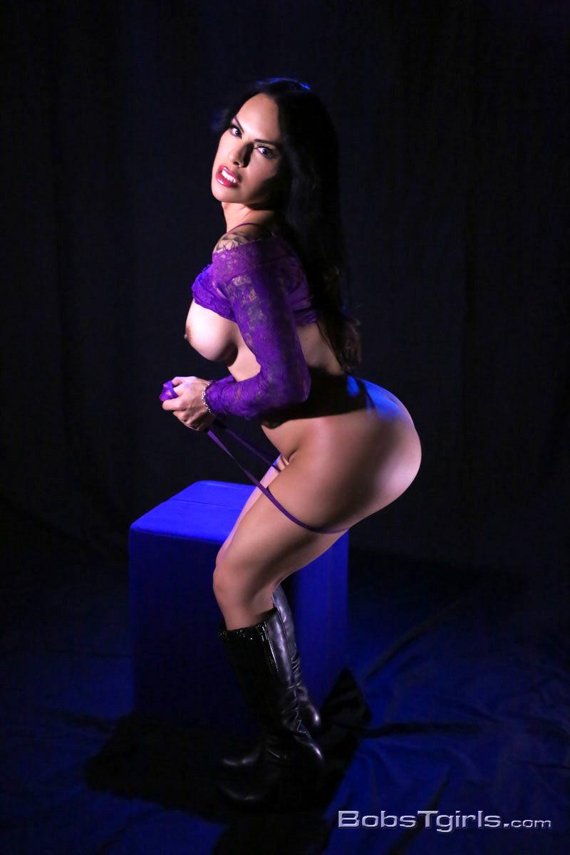 Flirtatious Foxxy Spreads & Masturbates