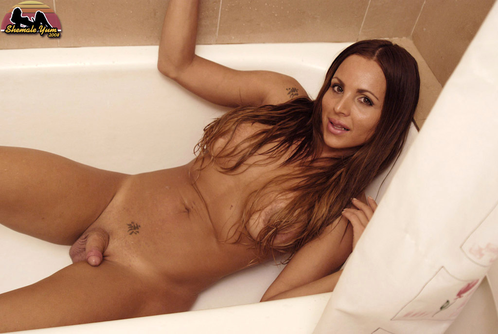 Flirtatious Tranny Maria Pia In Bed