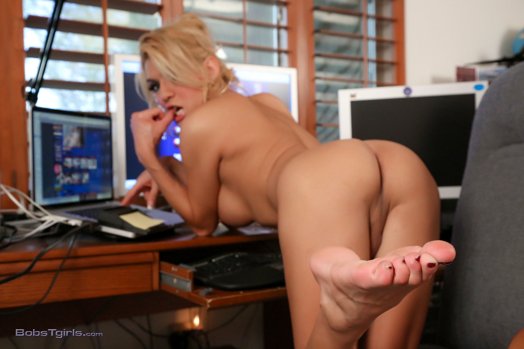 gianna rivera hungry in the office
