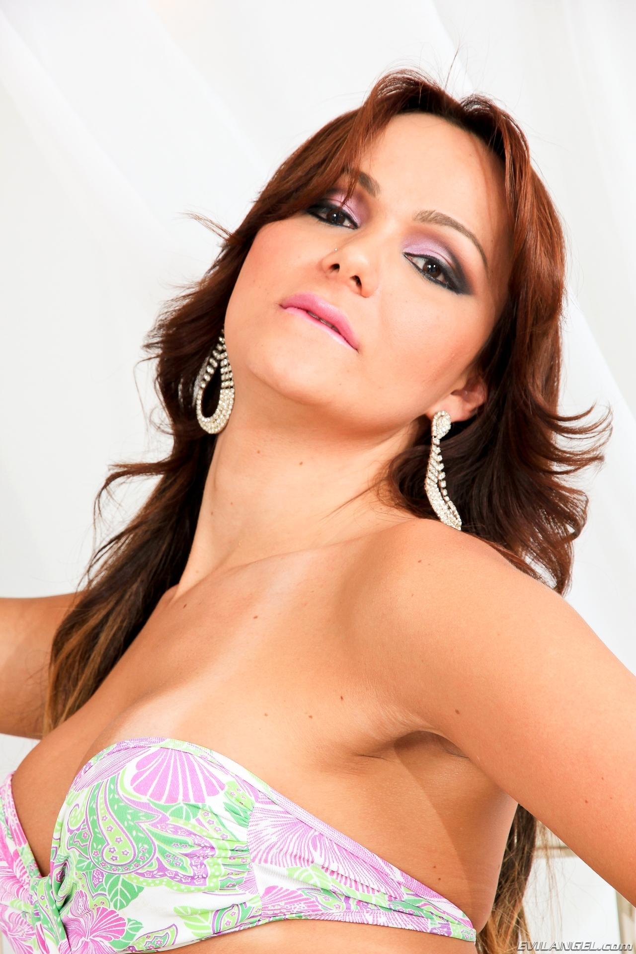 jessica hilton in provocative bikini