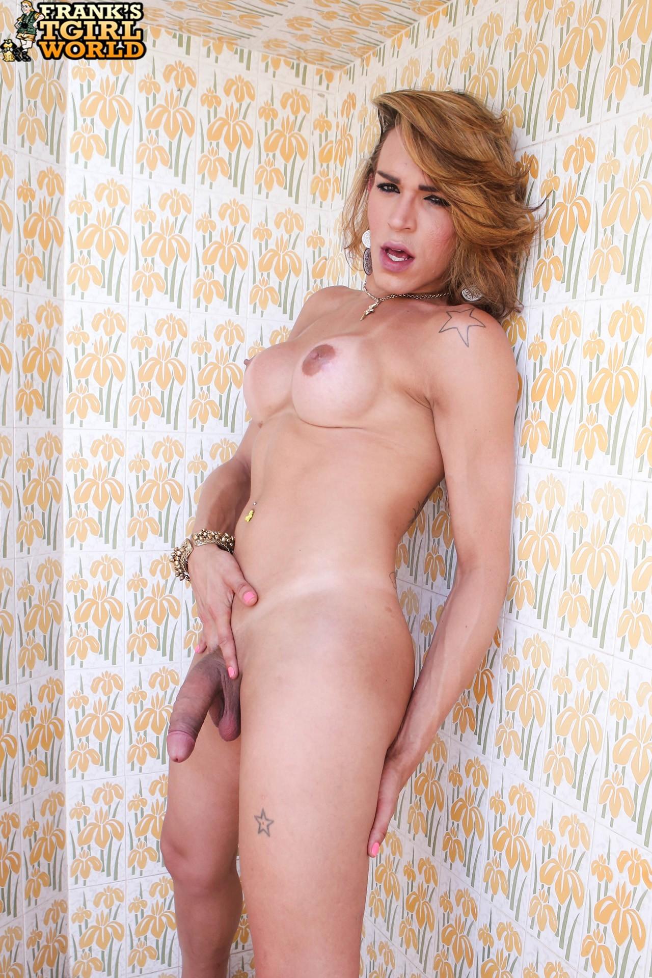 juliana ribeiro posing in beautiful swimsuit