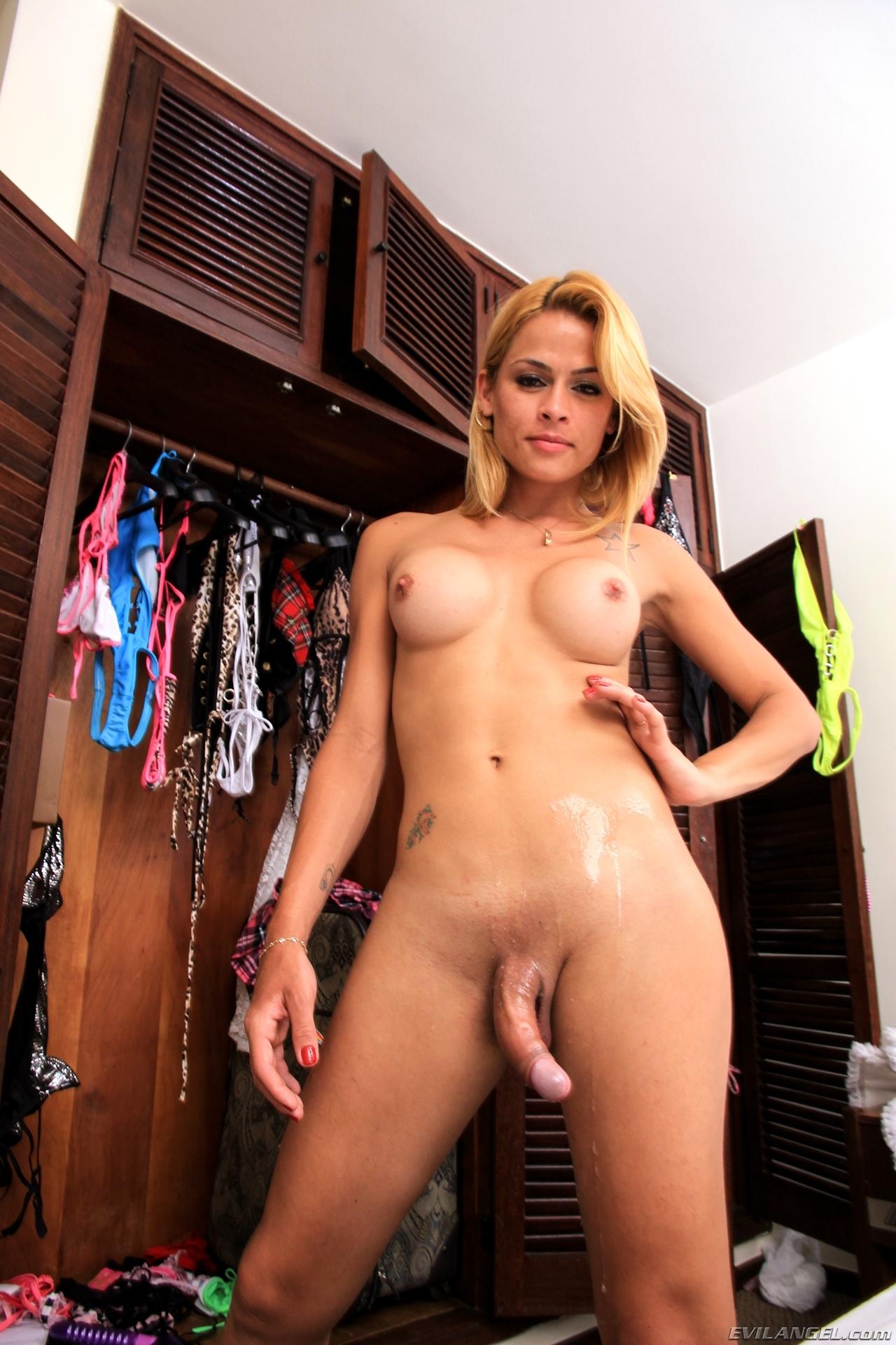 Kamila Smith Exposing Her Petite Arse