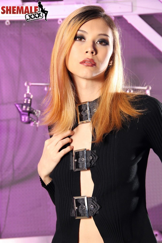 Kissable Blonde Ladyboy Ren Rikka Exposing Her Steamy Body