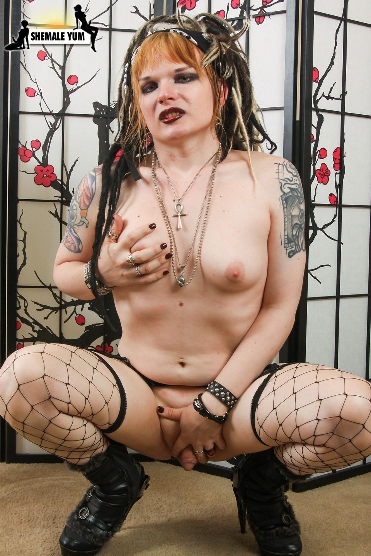 Kissable Fetish Babe Meka La Hai Posing