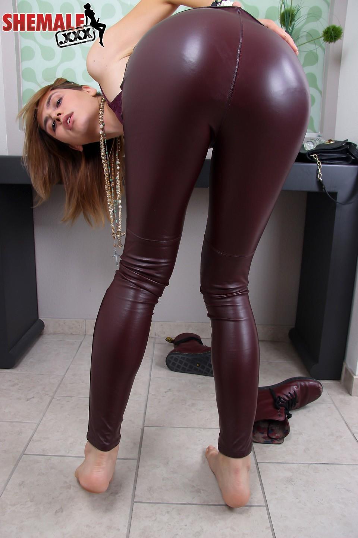 korra del rio enjoys her glass rubber toy in her bum
