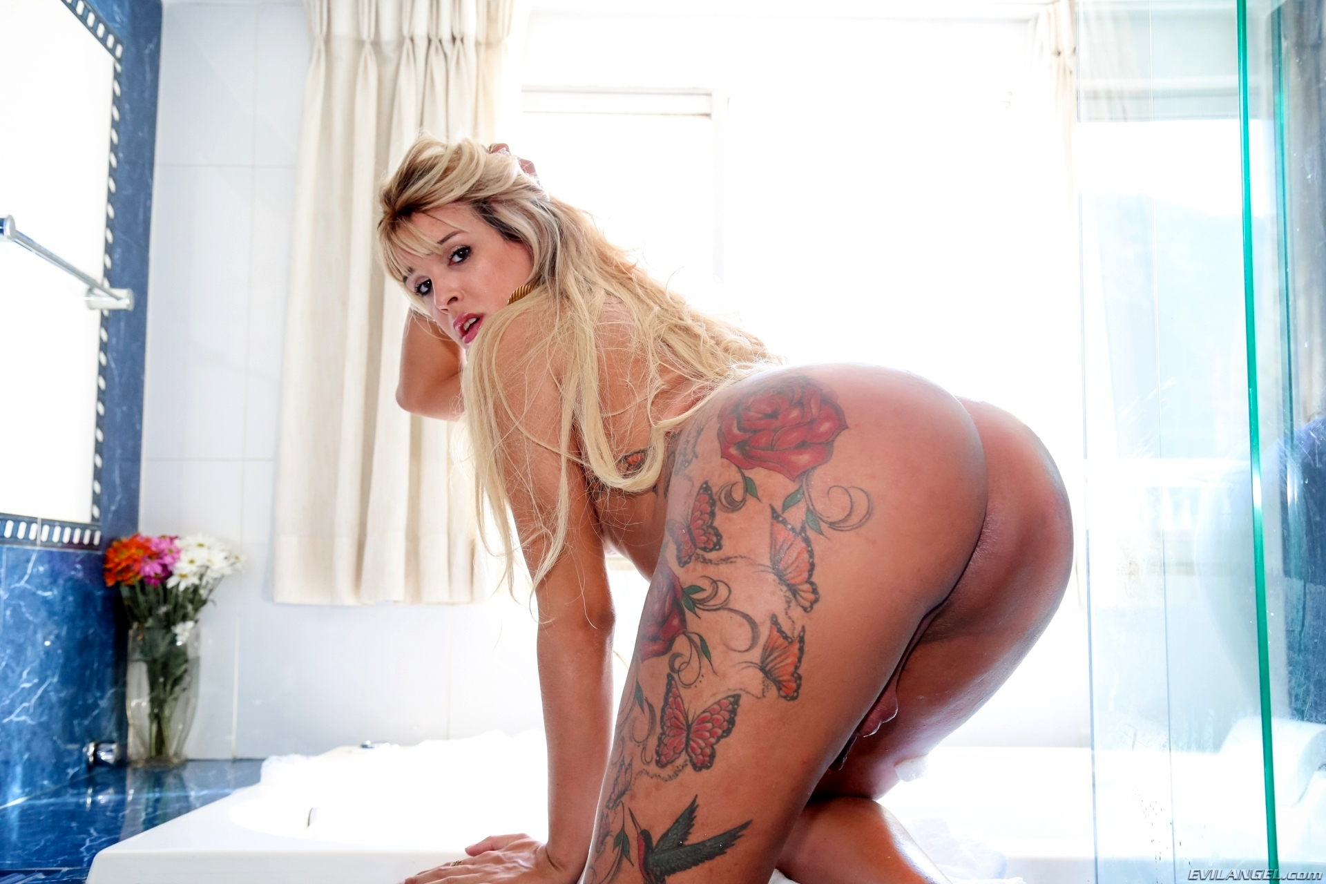 Laila Zelinsk Washing Her Massive Asshole