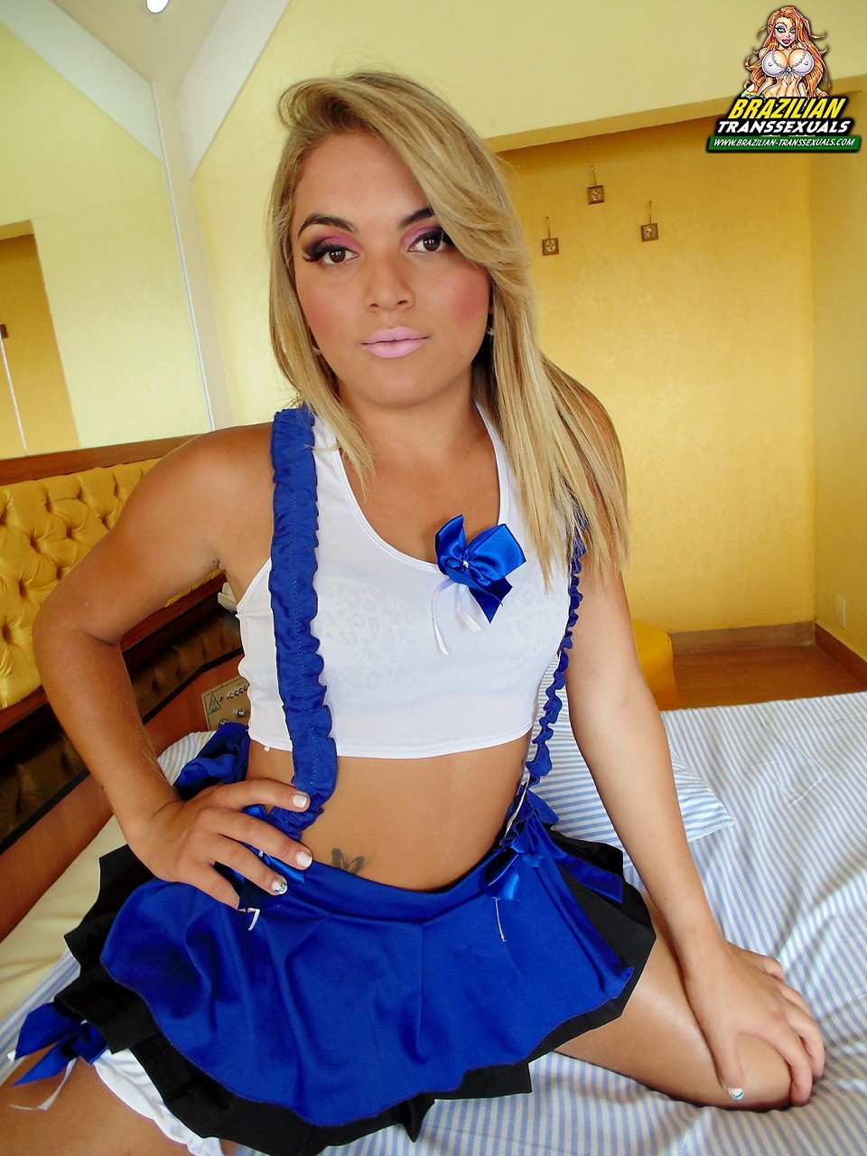 Lorena Gomes Posing In Flirtatious Blue Dress