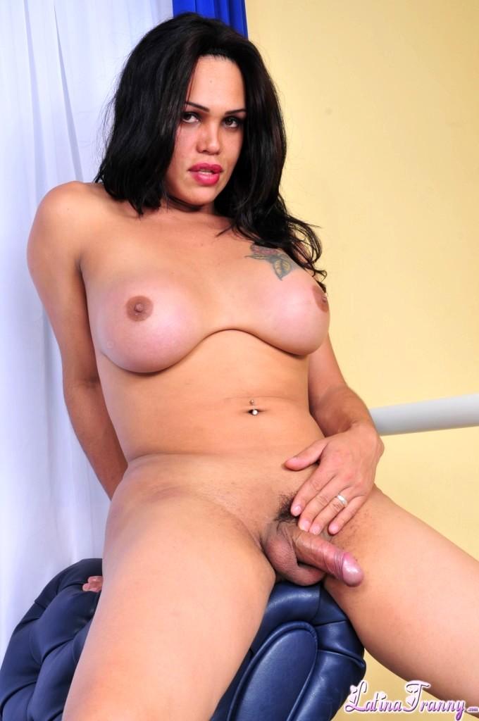 Penelope Jolie Exposngn Her Enormous Breasts