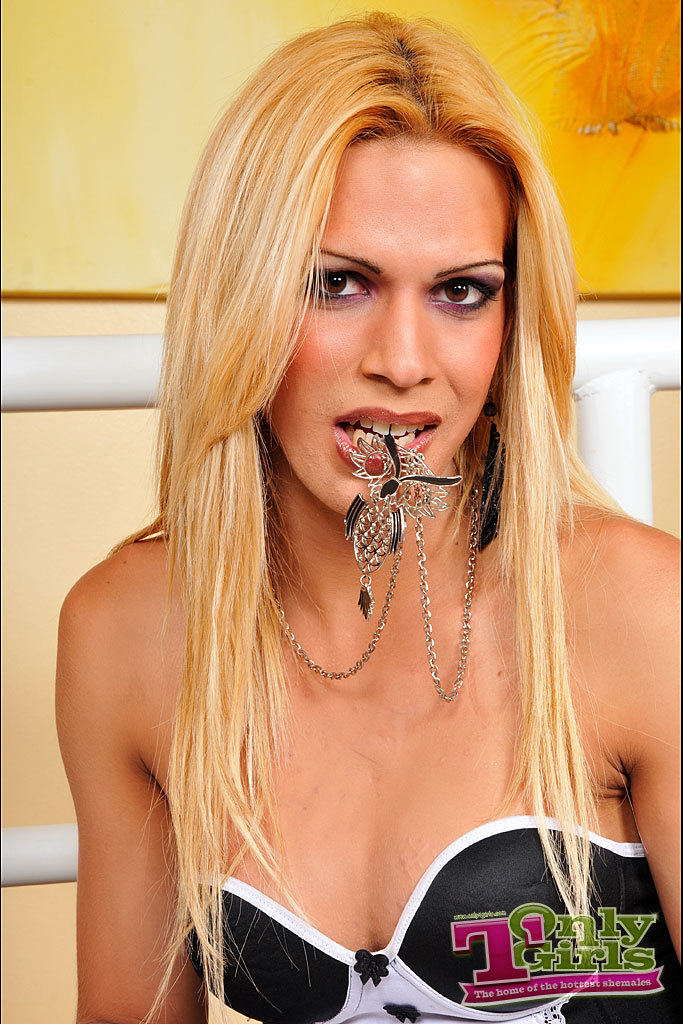 Racy Blonde Transexual Debora Carvalho In White Stockings