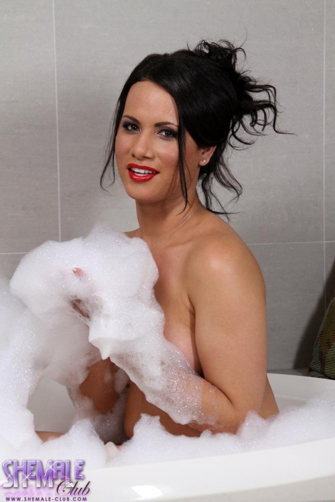 Sexy Keilana Posing In A Bath