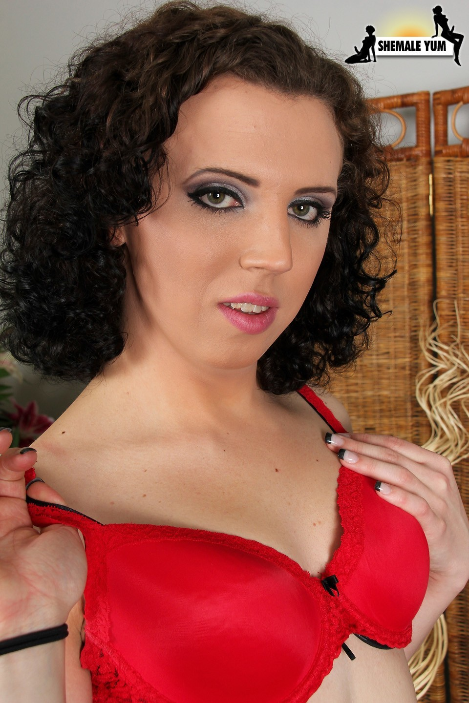 shemale alexis lulu looking racy in red bra and black boots