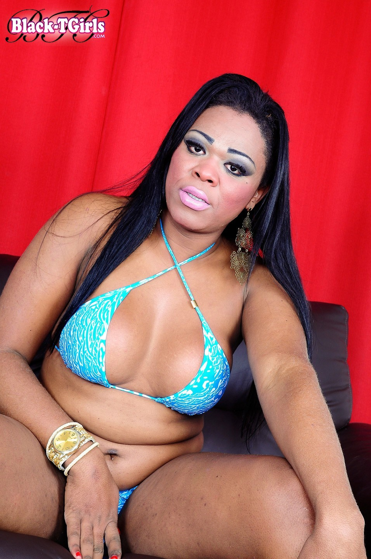 Shemale Rayssa Tropo Posing In Arousing Swimsuit
