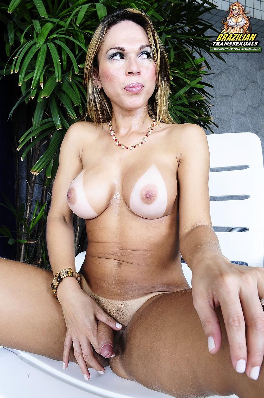 Starved Amanda Karillo Exposing Her Naked Shemale Body