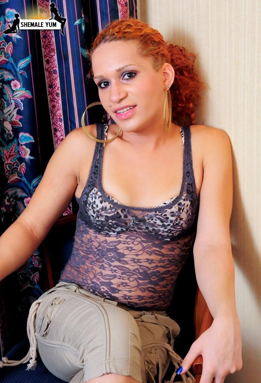 Steamy Red Headed Babe Nia Diamaondz Stripping