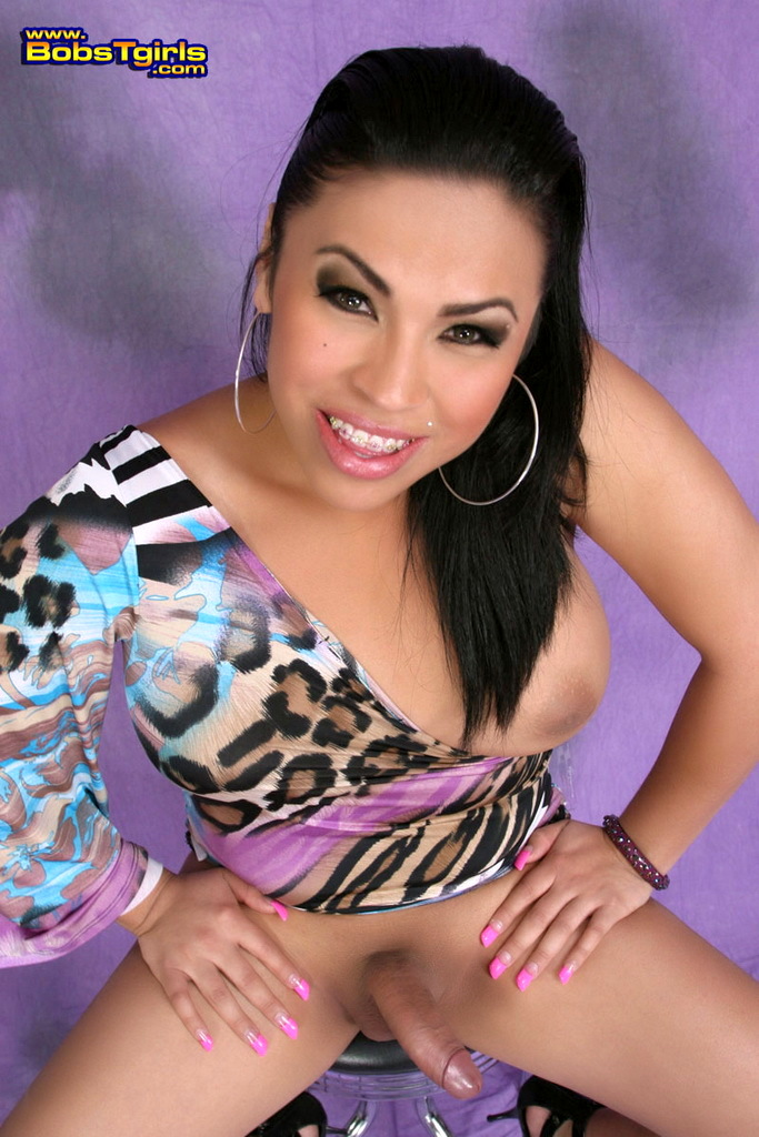 Steamy Tranny Naomi Sinz Posing In Flirtatious Lavender Skirt