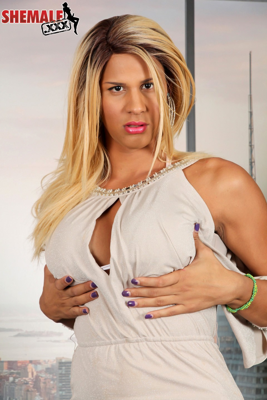 Suggestive Shania Teasing Her Racy Breasts