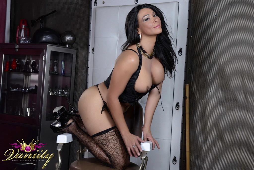 Super Titillating Vaniity Posing In Stockings