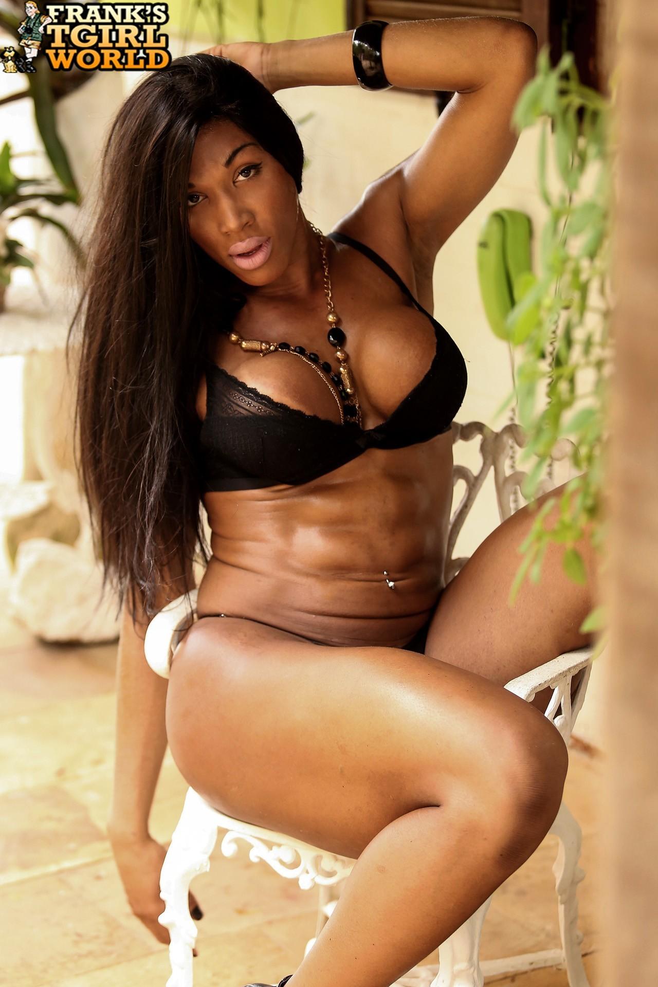 Veronica Bolina Shows Us Her Sensual Body