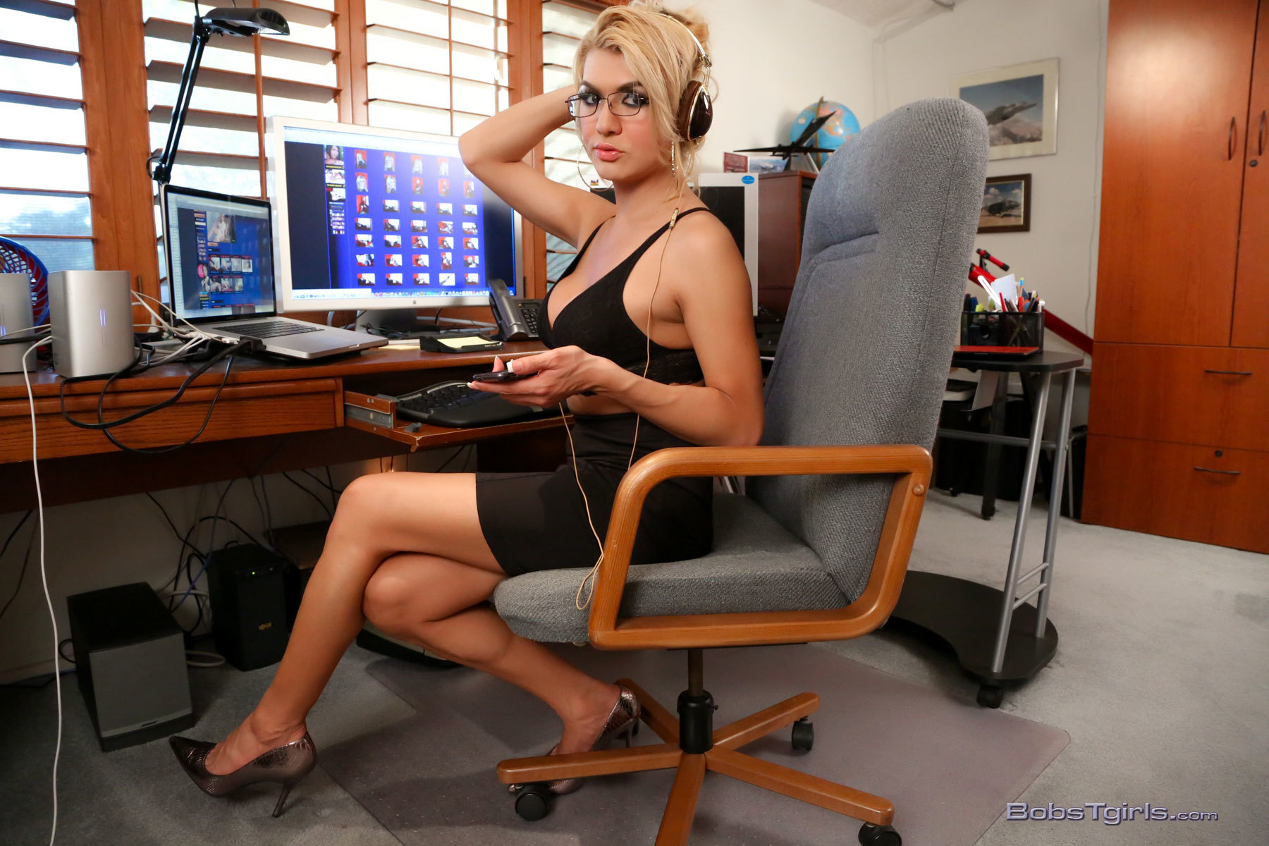 Voluptuous Gianna Strips In Office